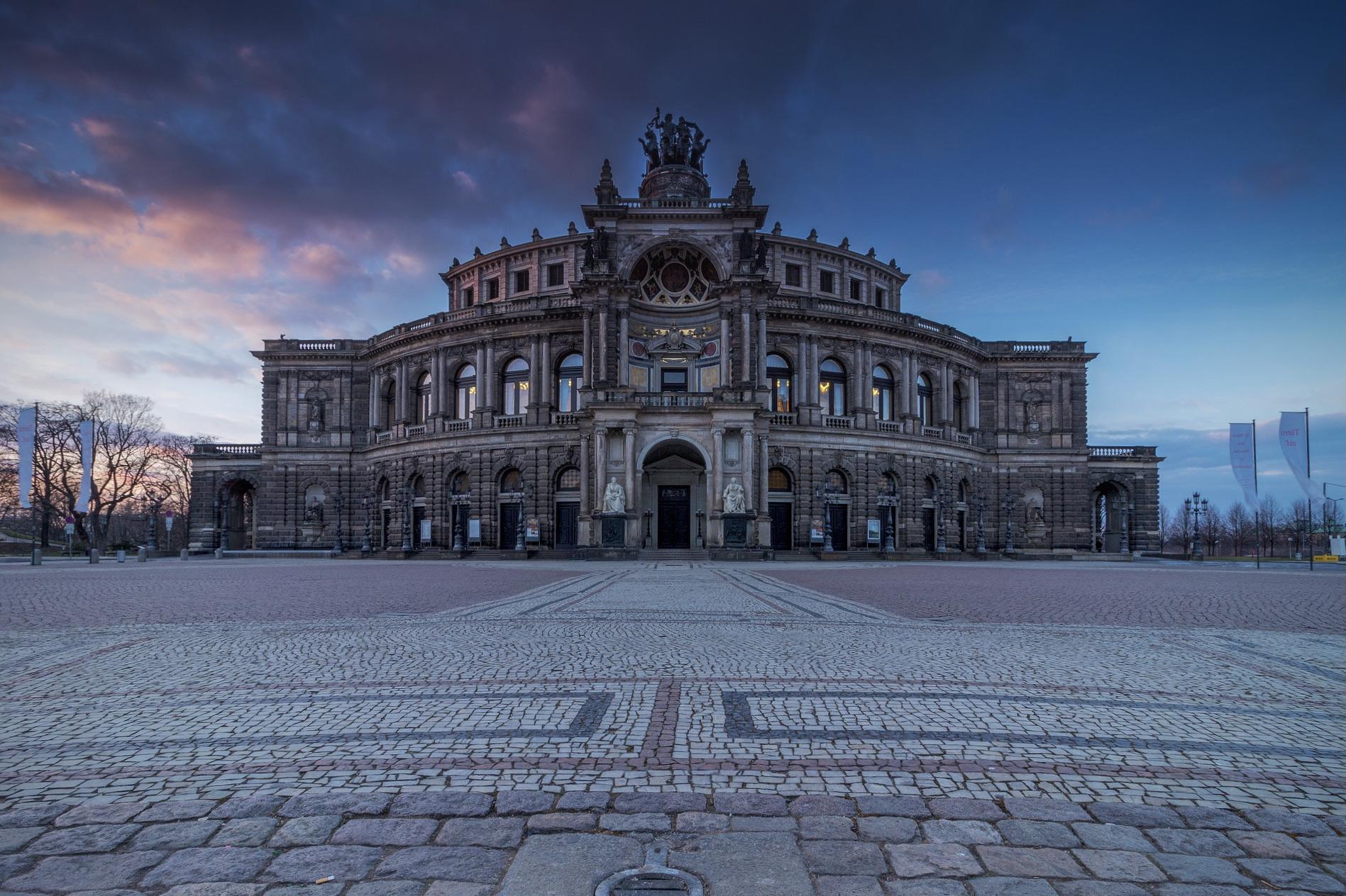 Die Dresdner Semperoper in Sachsen ist eine der schönsten Sehenswürdigkeiten in Deutschland