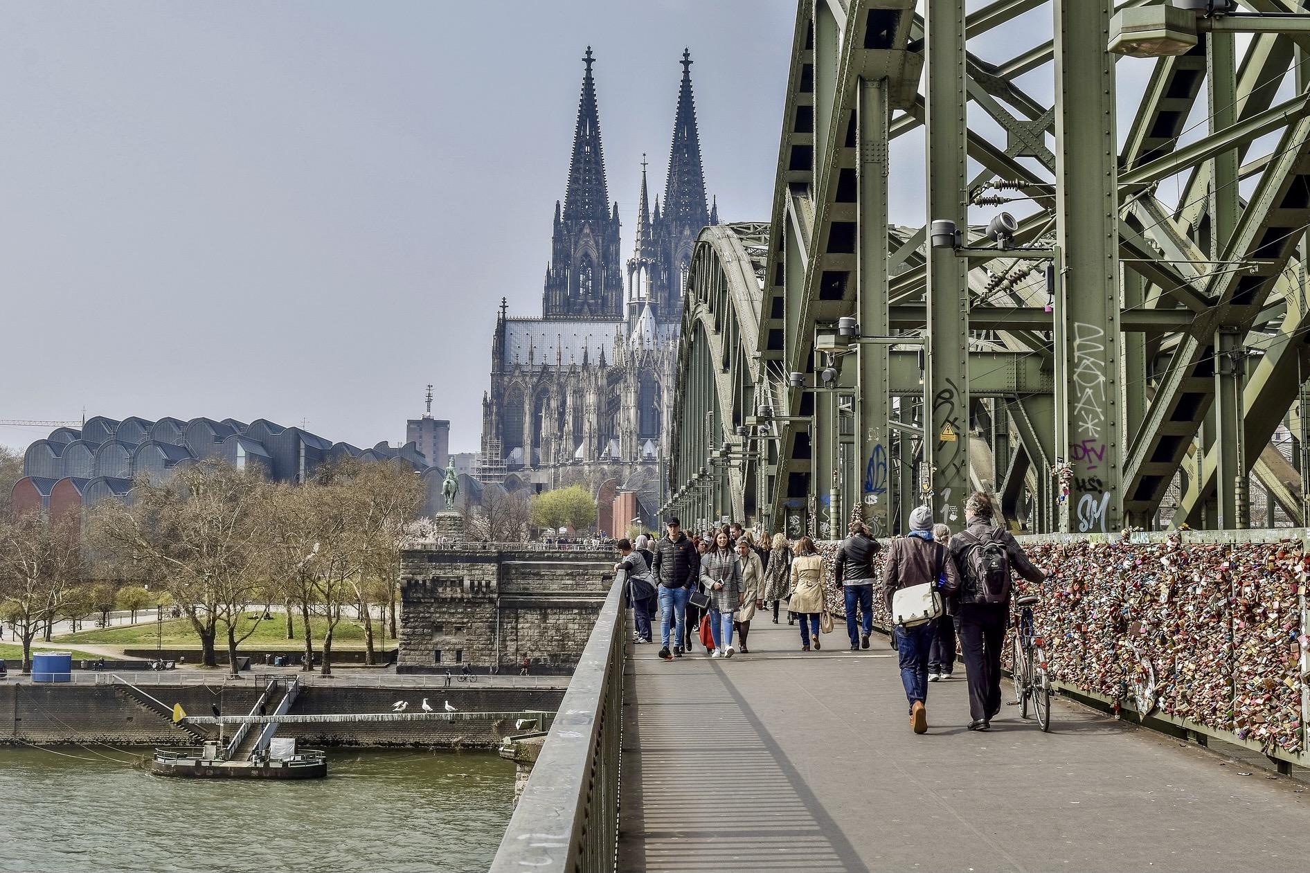 Zu den Köln Sehenswürdigkeiten gehört auch die Hohenzollernbrücke