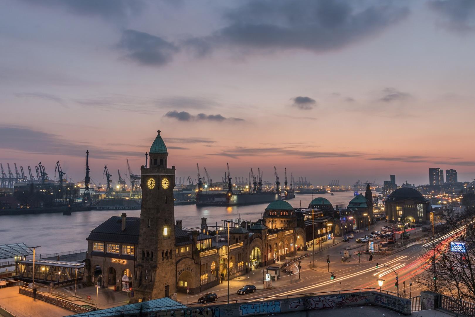 Zu den besten Hamburg Sehenswürdigkeiten gehören die Landungsbrücken an der Elbe