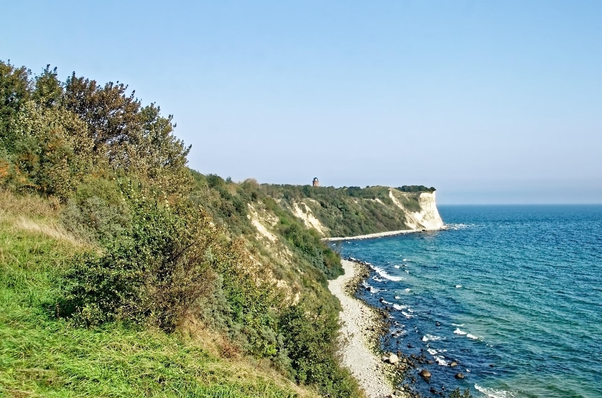Die Ostseeinsel Rügen ist für ihre Kreidefelsen bekannt.