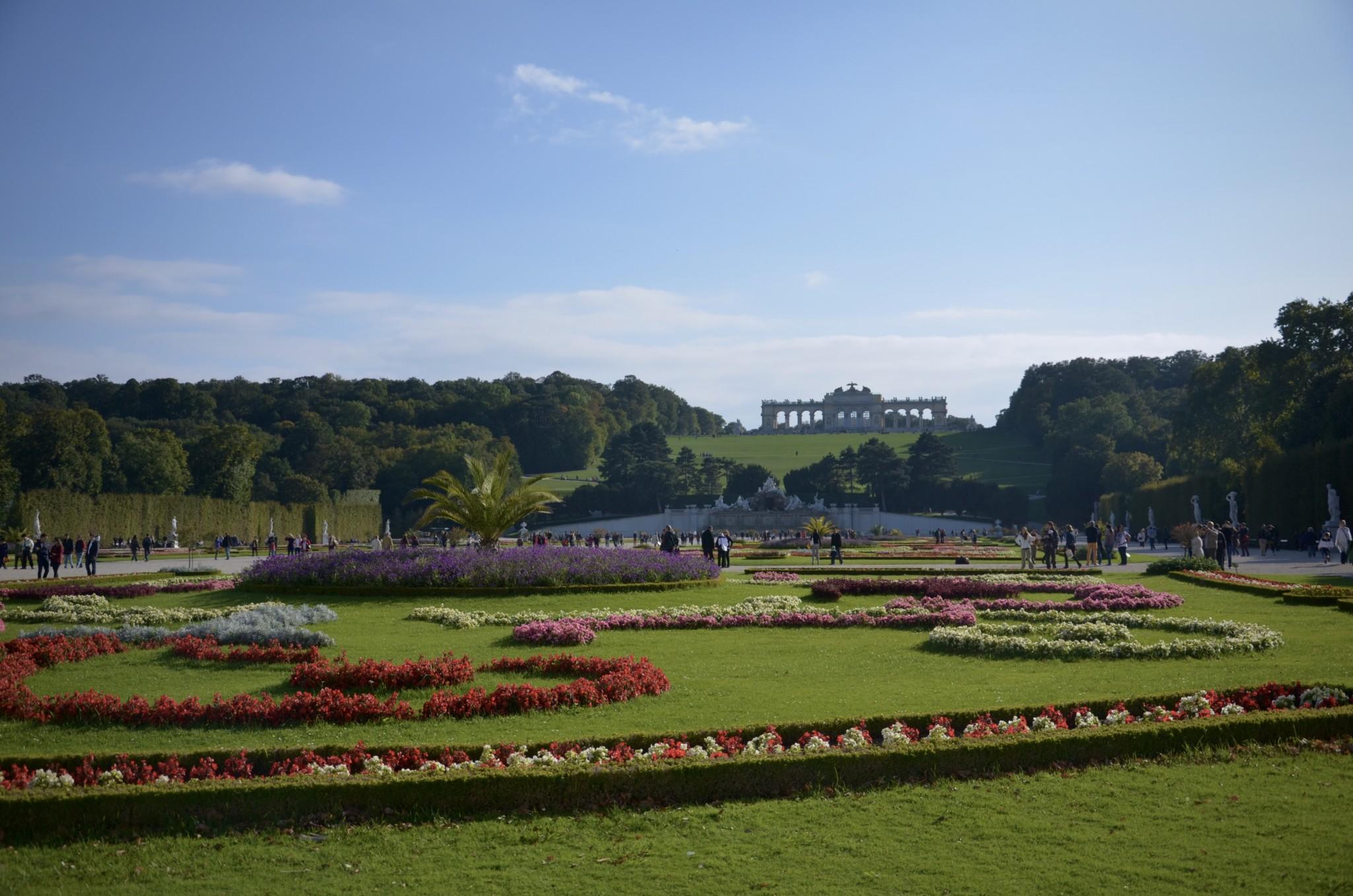 Der Schlossgarten und Schlosspark Schönbrunn zählen zu den Wien Highlights und Sehenswürdigkeiten