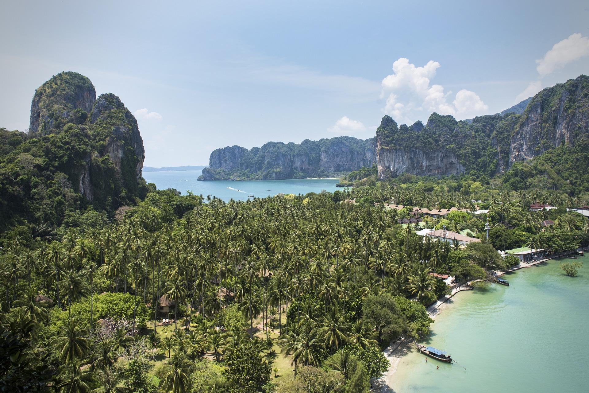 Railay Beach in Thailand ist ein beliebtes Januar-Reiseziel