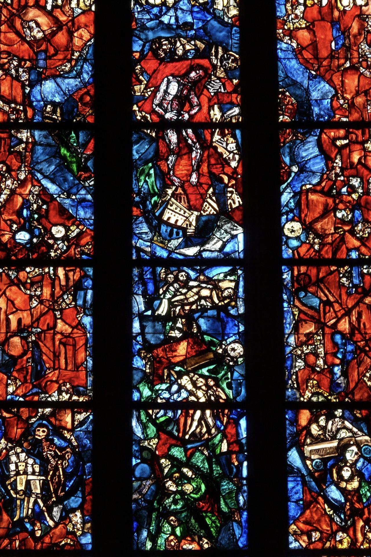 Die Glasfenster machen das Ulmer Münster zu einem der schönsten Tagesausflüge