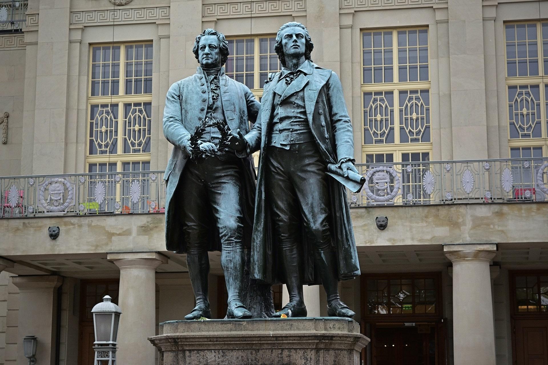 Weimar mit dem Goethe-Schiller-Denkmal ist eine der schönsten Städte Deutschlands