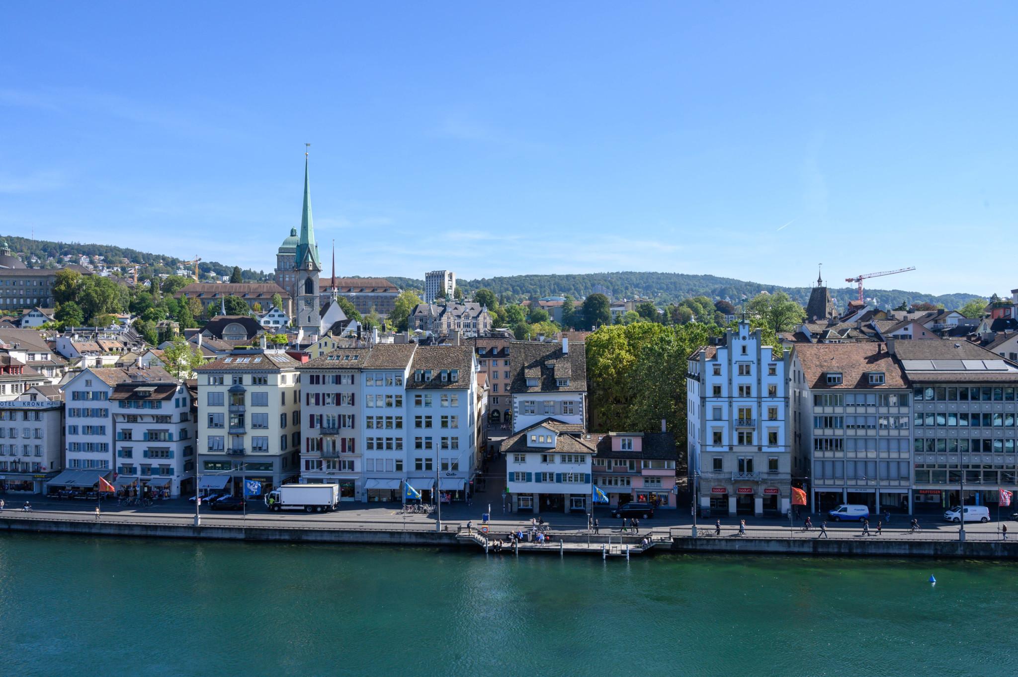 Blick auf die Altstadt mit Zürich Sehenswürdigkeiten