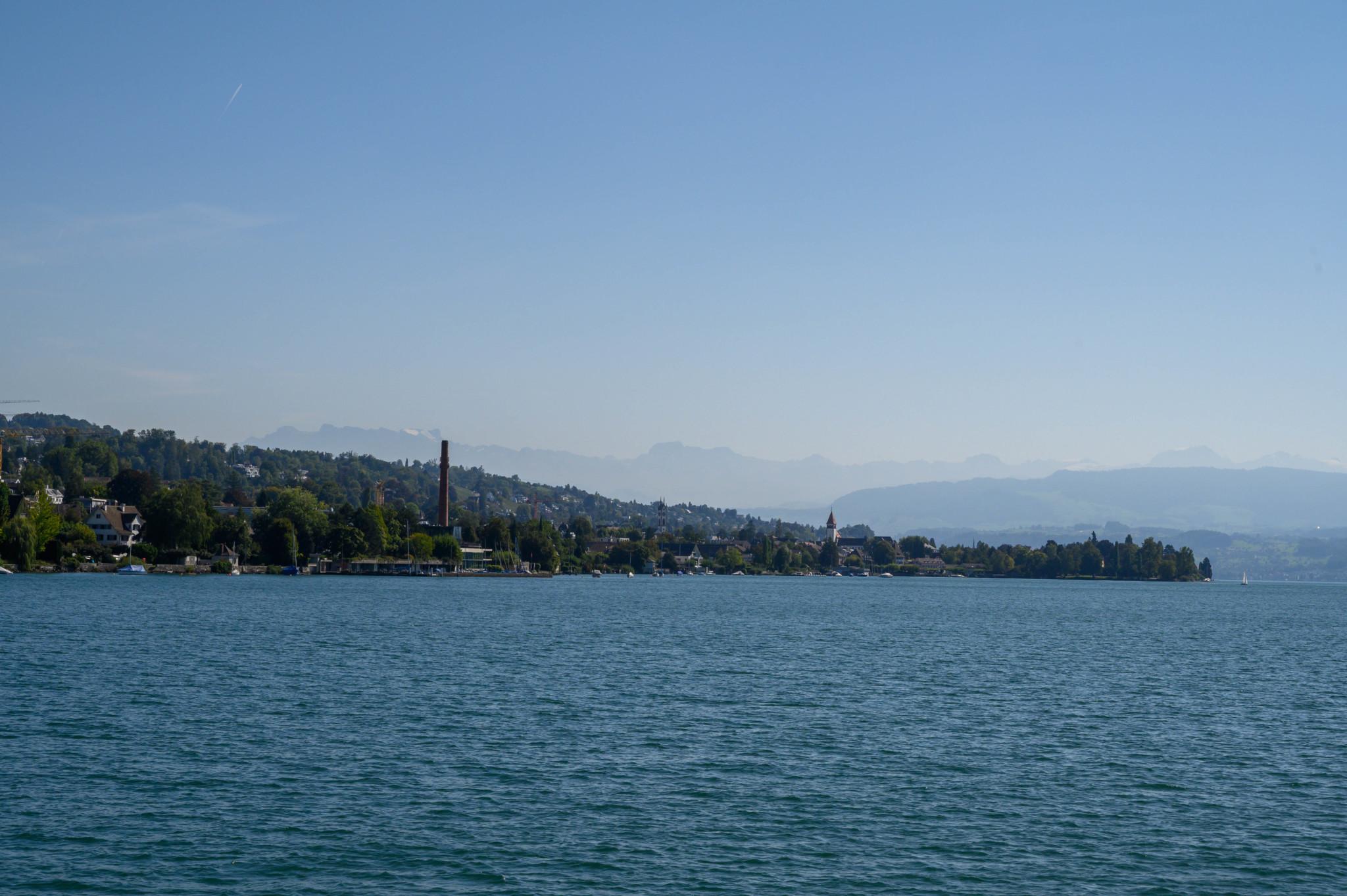 Ausblick vom Zürichsee auf die Alpen