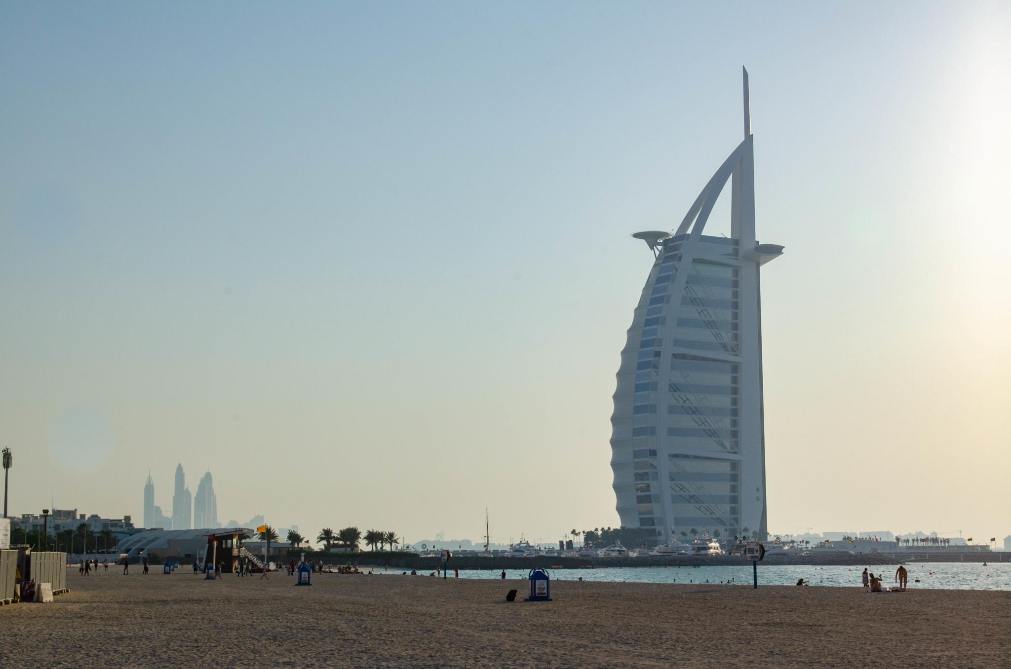 Der Burj al Arab in Dubai vom Strand