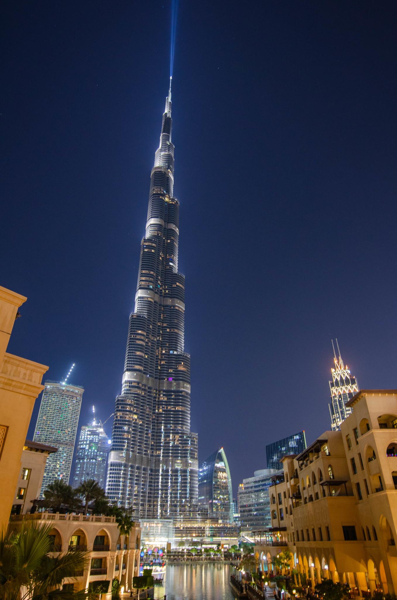 Der Burj Khalifa wird nachts beleuchtet