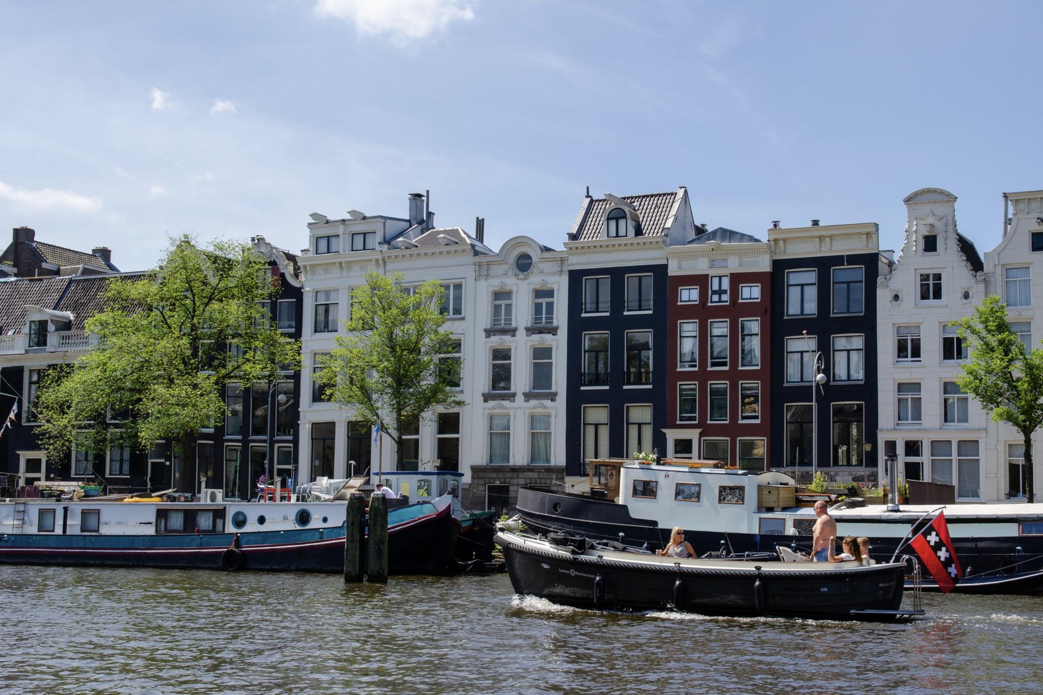 Amsterdam mit den Grachten ist eine der schönsten Städte in Europa