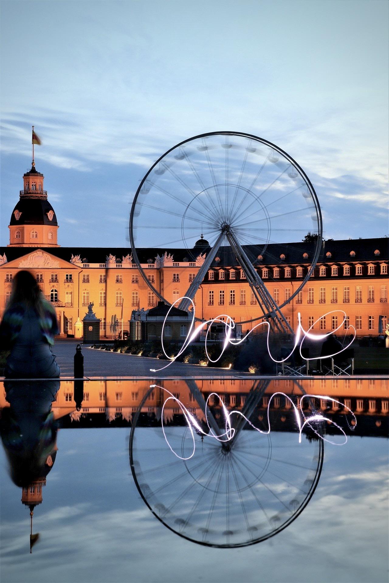 Das Schloss Karlsruhe ist am Abend sehenswert