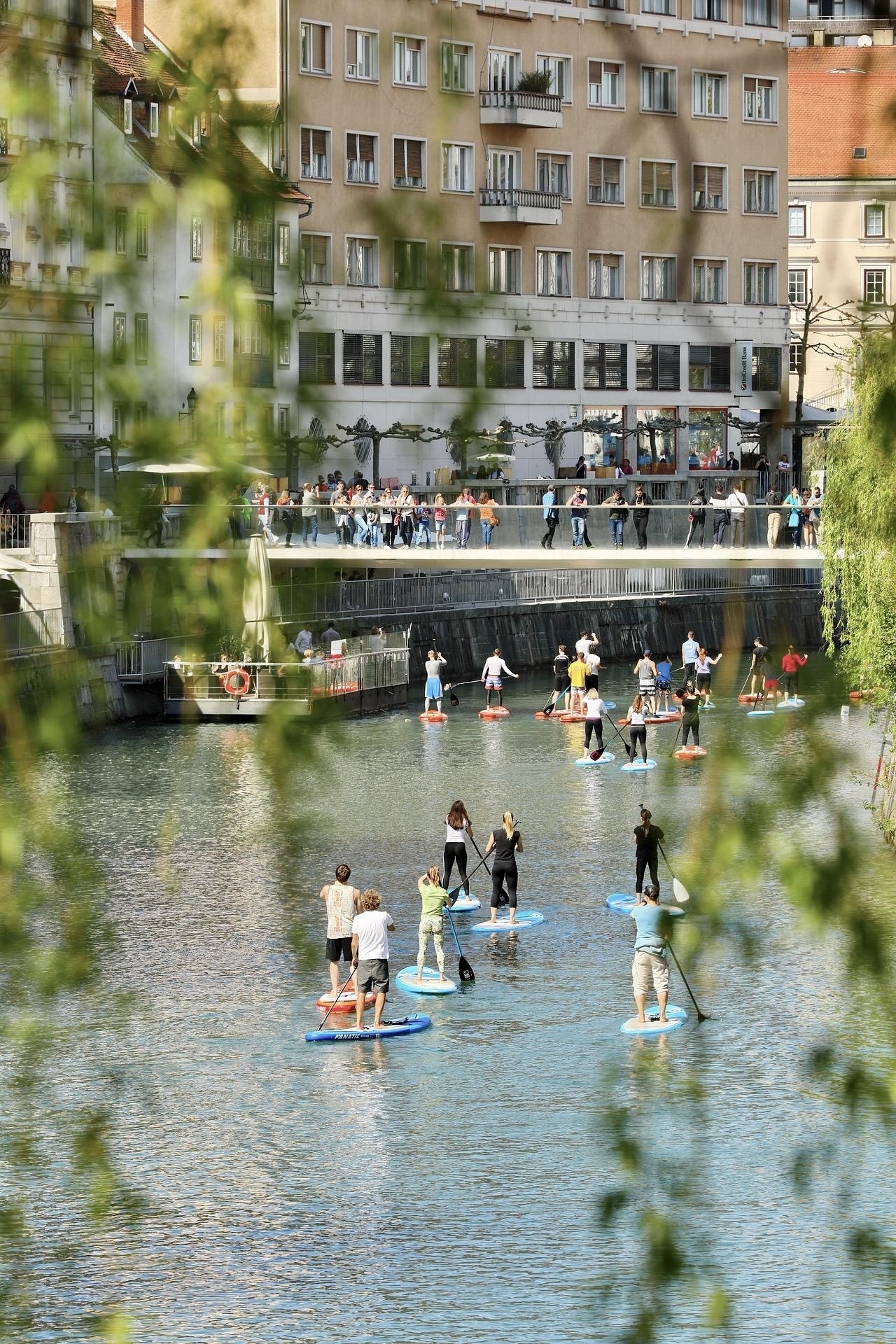 Der Fluss in Ljubljana ist ein schönes Reiseziel für einen Städtetrip in Europa