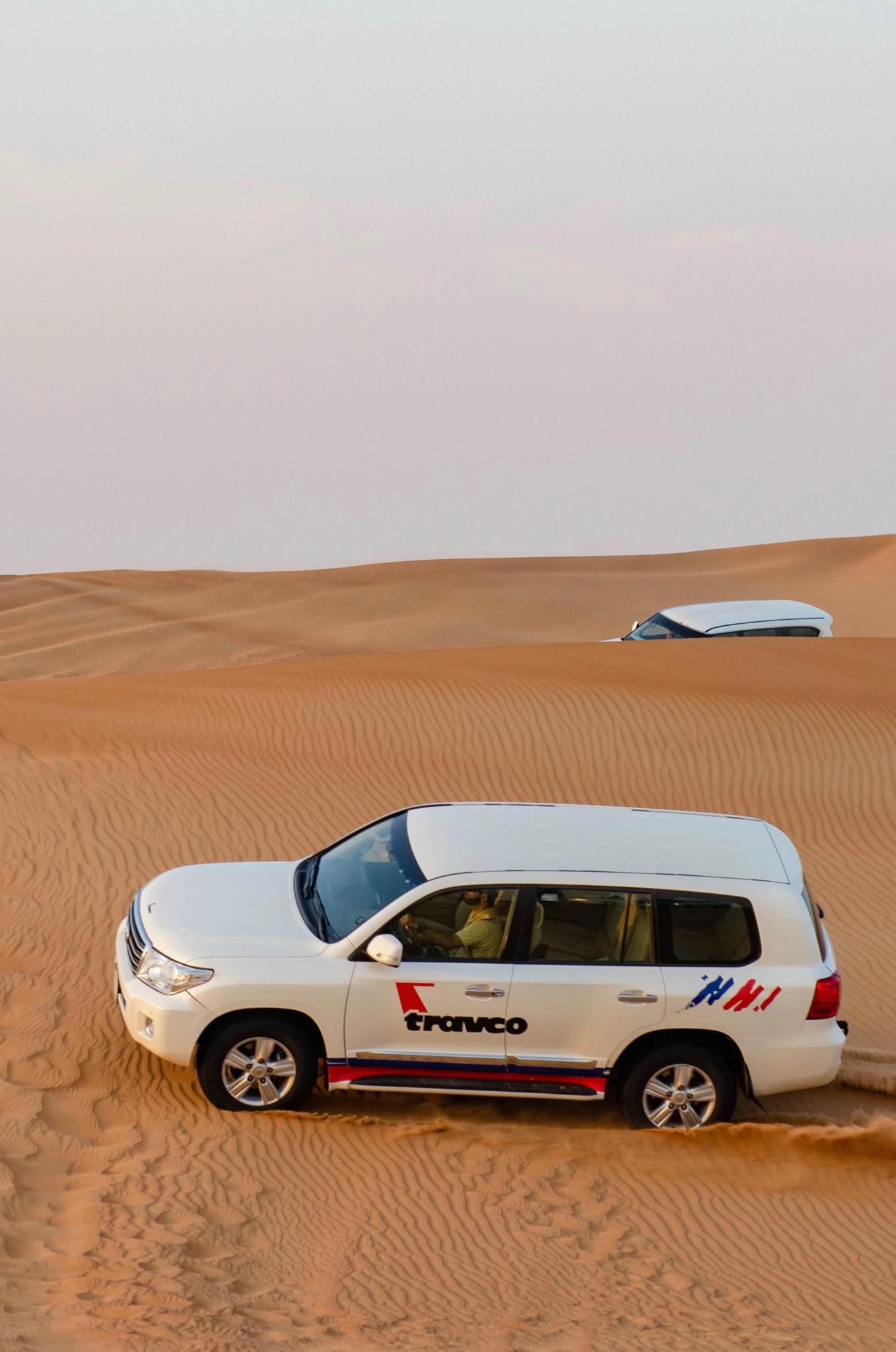 Eine Wüstentour in Dubai mit dem Jeep ist ein echtes Highlight