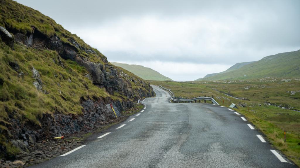 Typische Straße auf den Färöer-Inseln