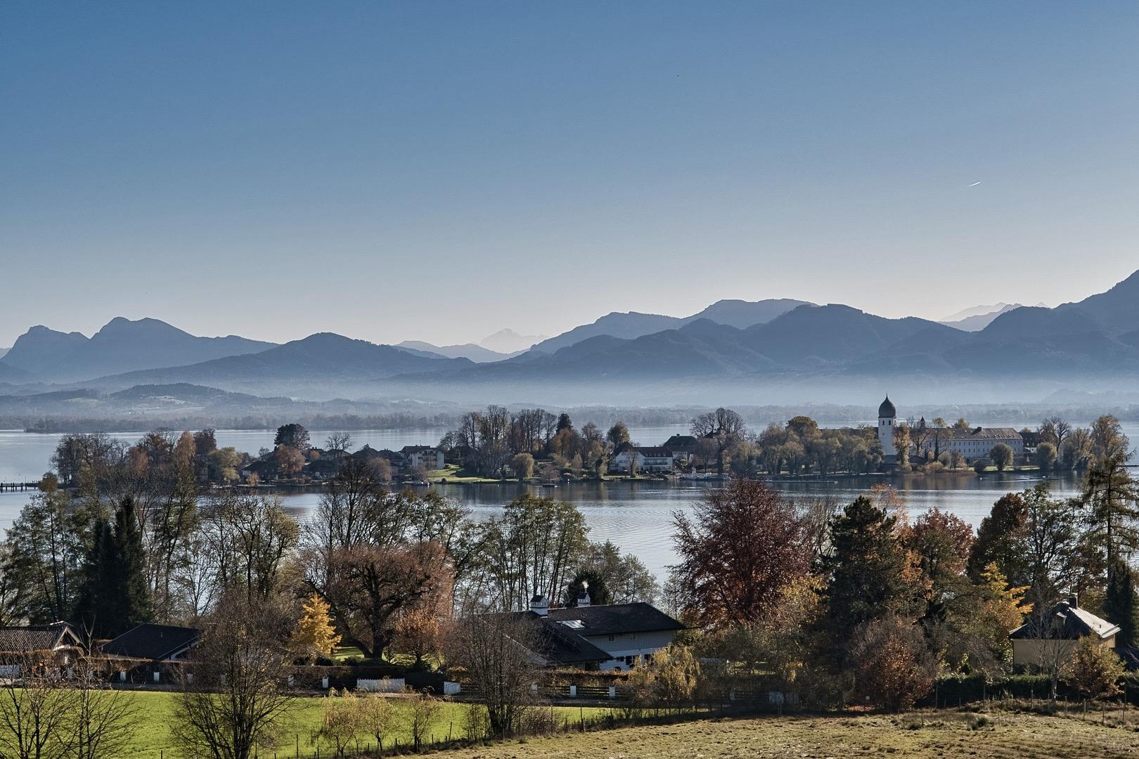 Ausblick auf den für Wassersport beliebten Chiemsee in Bayern