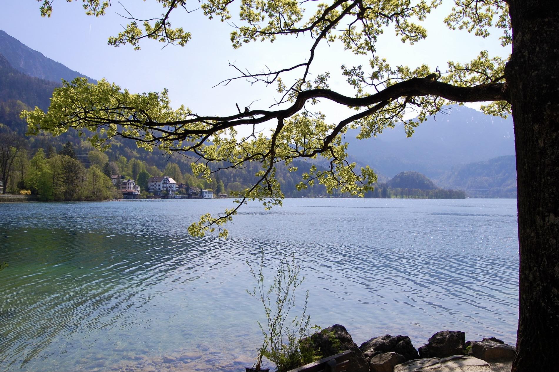 Der Kochelsee ist ein schöner See in Bayern