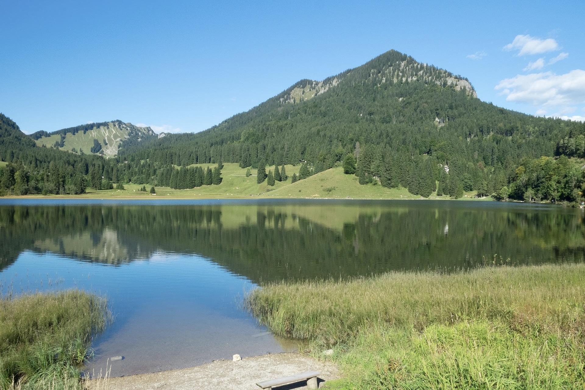 Der Spitzingsee ist ein Bergsee in den Alpen im Süden Bayerns