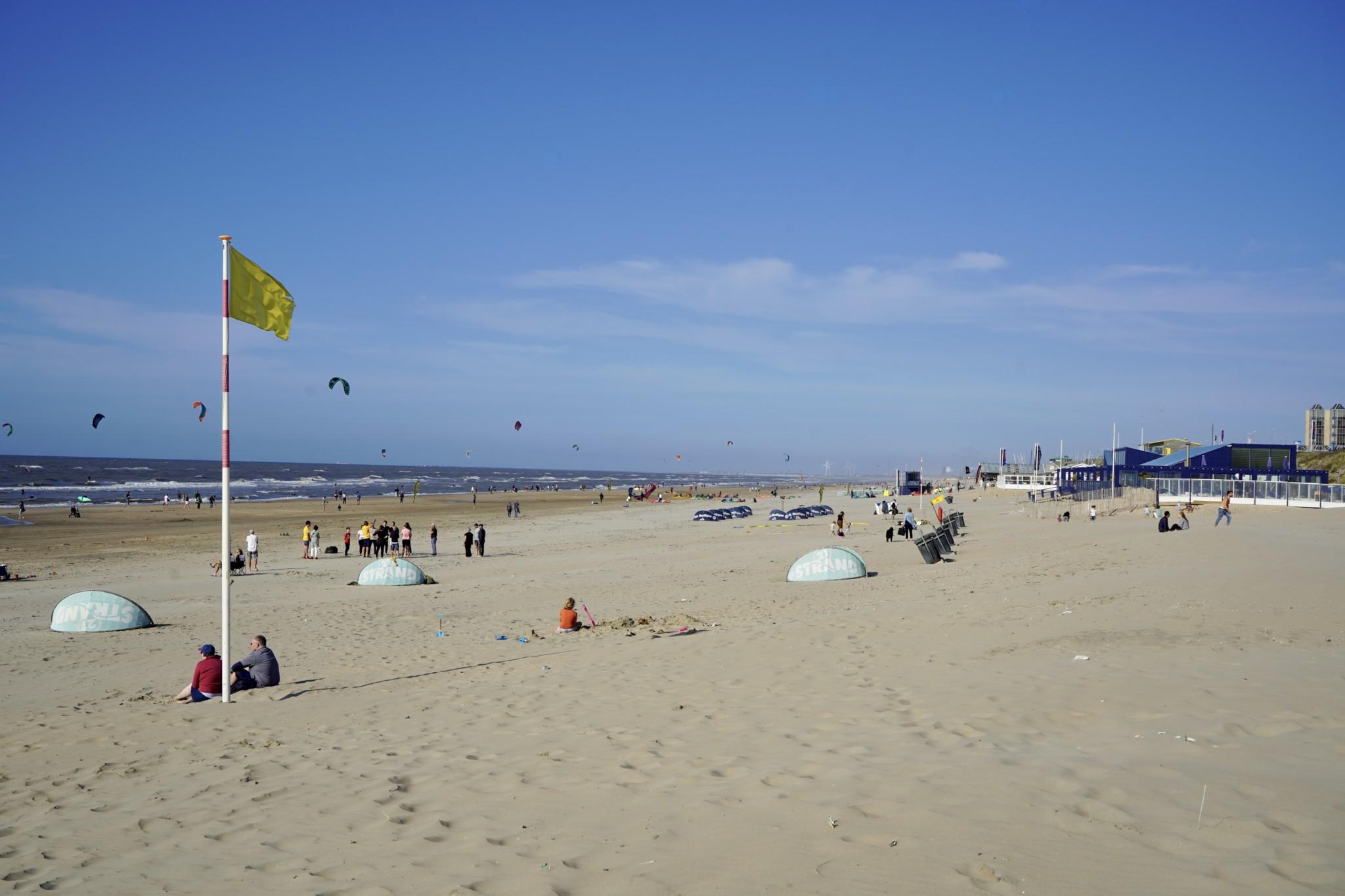Der breite Strand von Zaandvoot in den Niederlanden