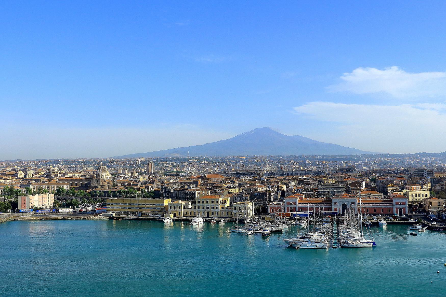 Catania in Italien mit dem Ätna im HIntergrund