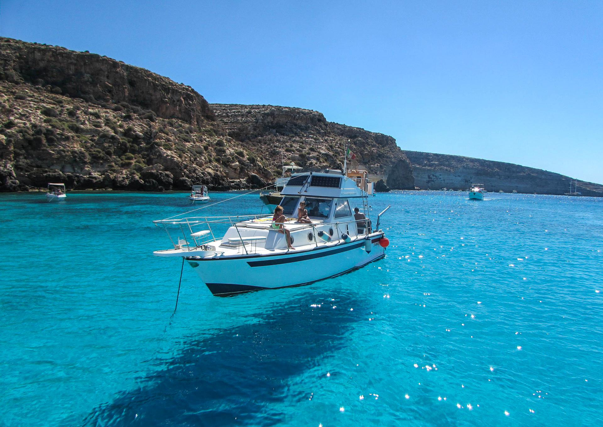 Ein Boot bei Lampedusa in Italien